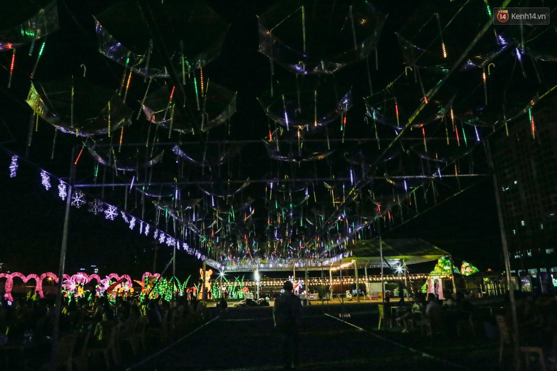 Người dân ùn ùn kéo đến check in tại lễ hội ánh sáng lần đầu tiên xuất hiện ở Sài Gòn - Ảnh 12.