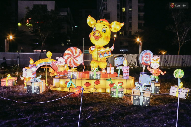 Người dân ùn ùn kéo đến check in tại lễ hội ánh sáng lần đầu tiên xuất hiện ở Sài Gòn - Ảnh 14.