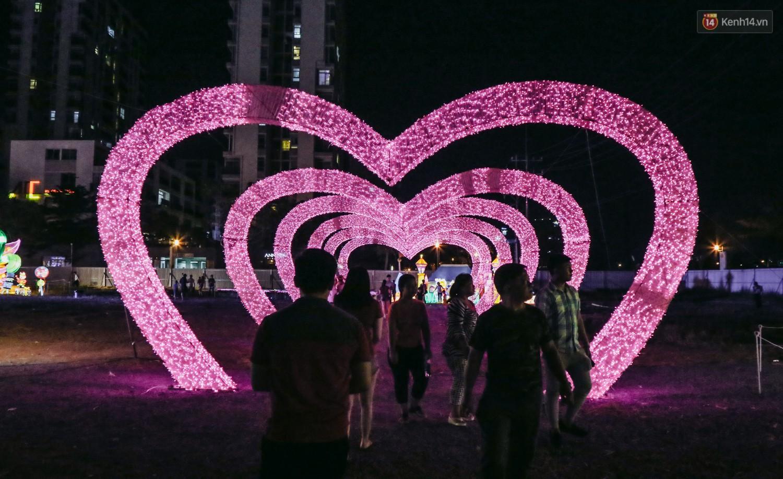 Người dân ùn ùn kéo đến check in tại lễ hội ánh sáng lần đầu tiên xuất hiện ở Sài Gòn - Ảnh 9.