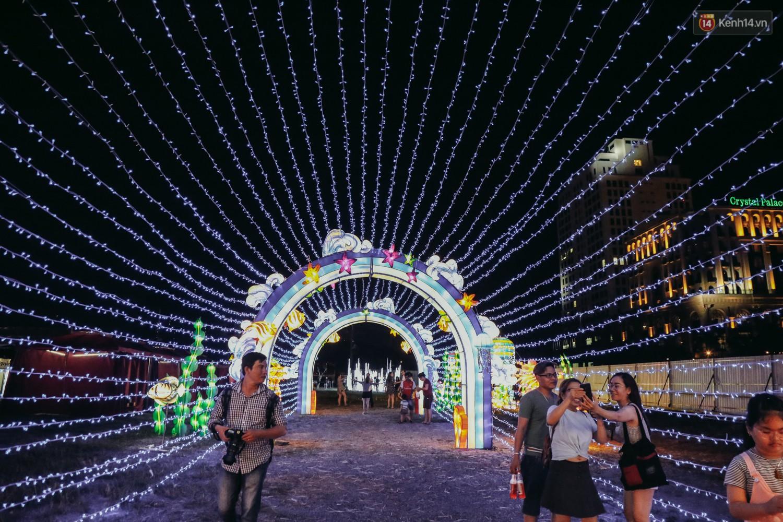 Người dân ùn ùn kéo đến check in tại lễ hội ánh sáng lần đầu tiên xuất hiện ở Sài Gòn - Ảnh 16.