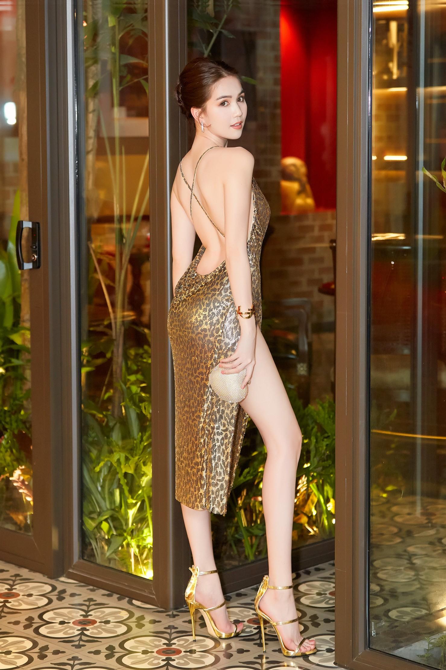 Ngọc Trinh diện váy sexy, khoe lưng trần cùng đôi chân dài miên man giữa sự kiện - Ảnh 1.