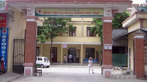 Đang khám bệnh, bác sĩ trẻ bị người nhà bệnh nhân đánh túi bụi phải nhập viện - Ảnh 1.