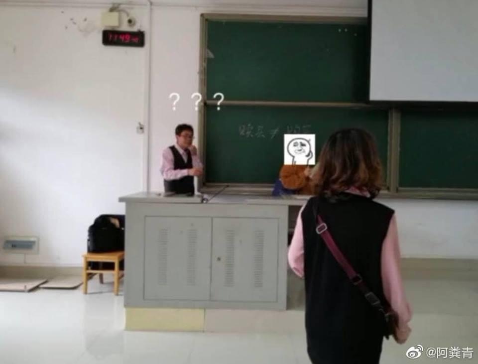 Hớn hở diện đồ đẹp đến lớp, cô bạn muốn độn thổ khi phát hiện ra mình mặc đồ đôi với thầy chủ nhiệm - Ảnh 1.