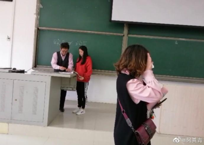 Hớn hở diện đồ đẹp đến lớp, cô bạn muốn độn thổ khi phát hiện ra mình mặc đồ đôi với thầy chủ nhiệm - Ảnh 3.