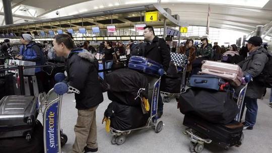Hải quan Mỹ bị bắt vì trộm khoảng 10.000 USD trong hành lý xách tay - Ảnh 2.