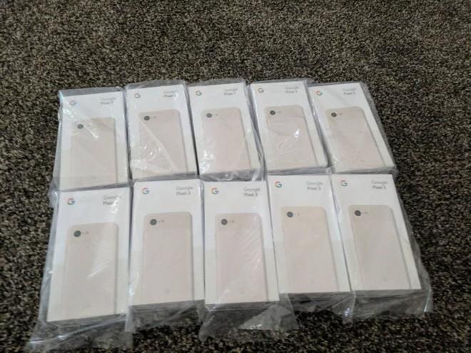 Thanh niên số hưởng mua điện thoại lỗi, được đền 10 chiếc mới tinh màu hồng trị giá 200 triệu - Ảnh 1.