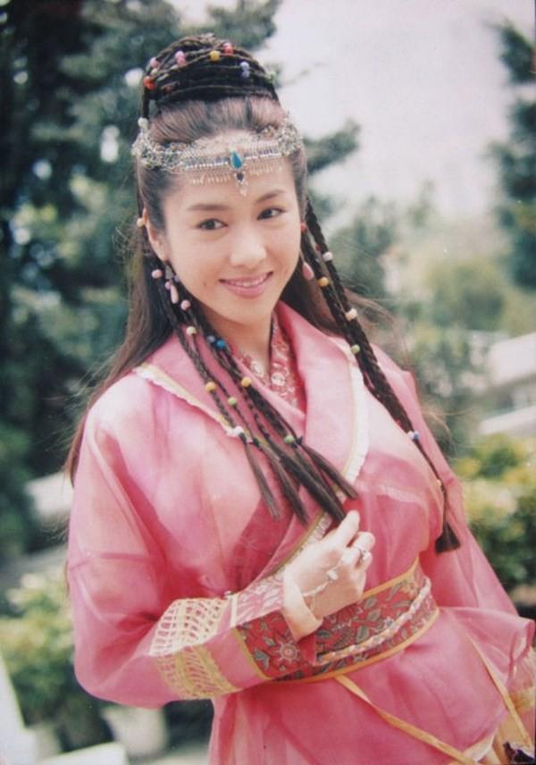 Triệu Mẫn Lê Tư 47 tuổi vẫn trẻ đẹp như gái 20, nhưng 3 con gái lại kém sắc giống bố - Ảnh 1.