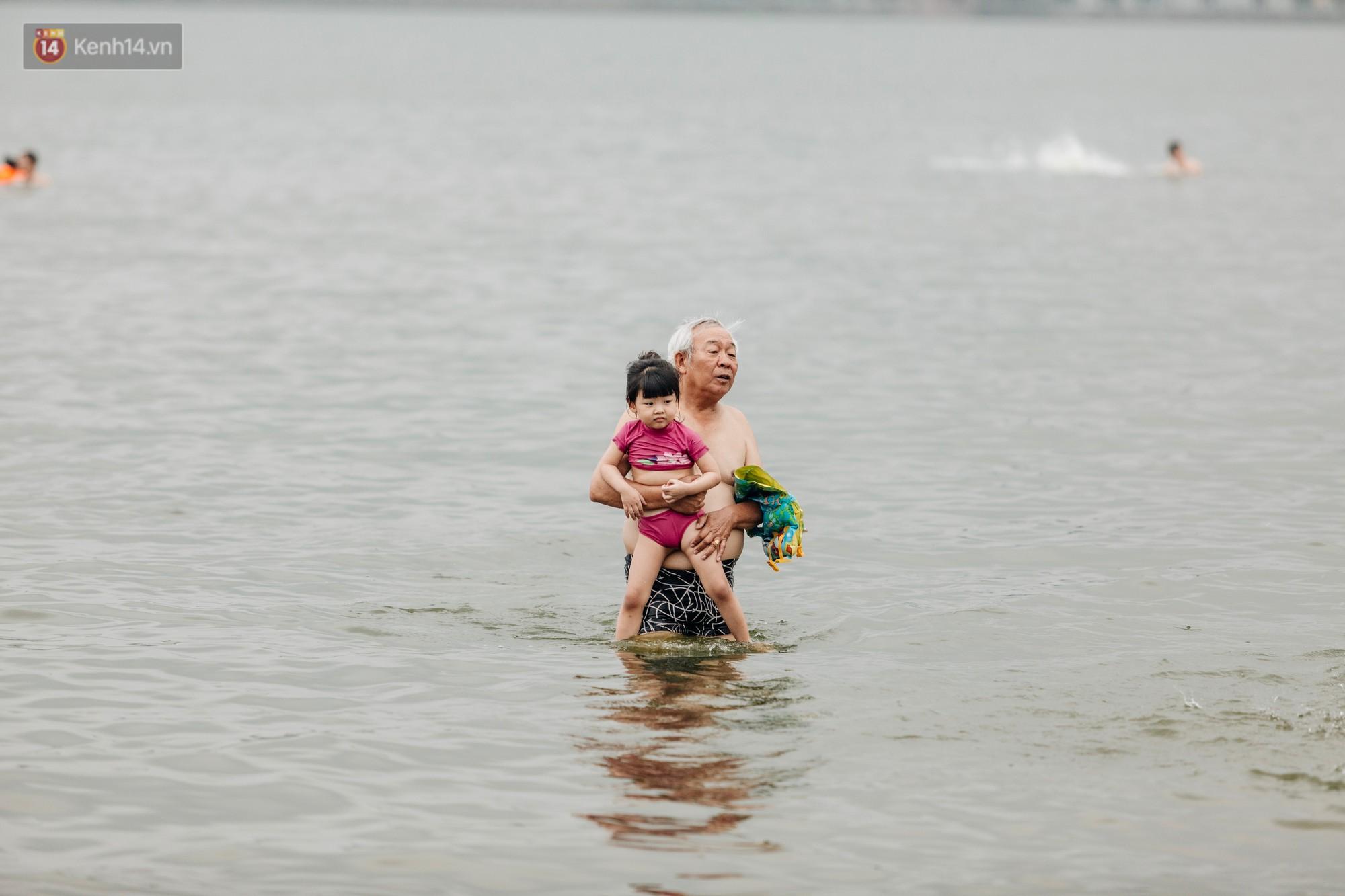Hà Nội oi nóng ngộp thở, nhiều người mang theo cả thú cưng ra Hồ Tây tắm bất chấp biển cấm - Ảnh 5.