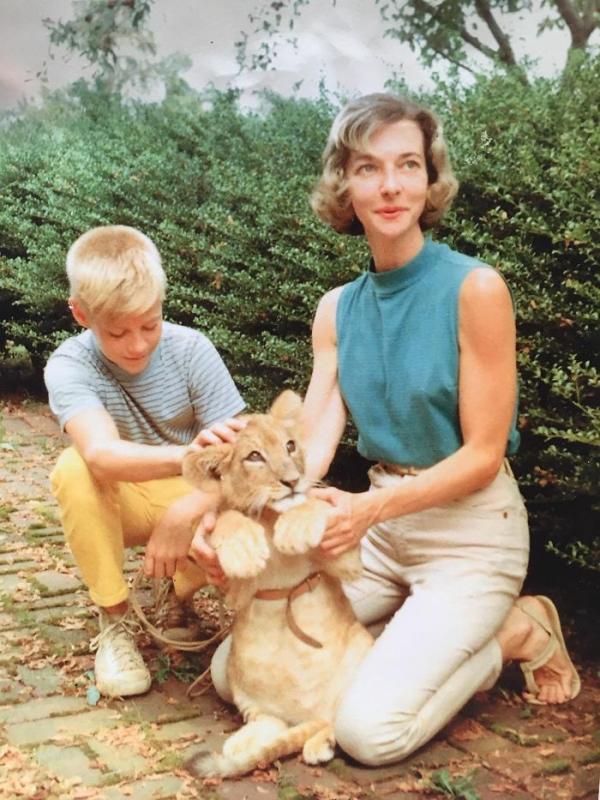"""Góc ngầu mà giấu: Hội con cưng choáng khi tình cờ phát hiện ngày xưa ba nuôi sư tử làm thú cưng, mẹ gãy tay vẫn """"quẩy"""" tới bến ở concert - Ảnh 3."""