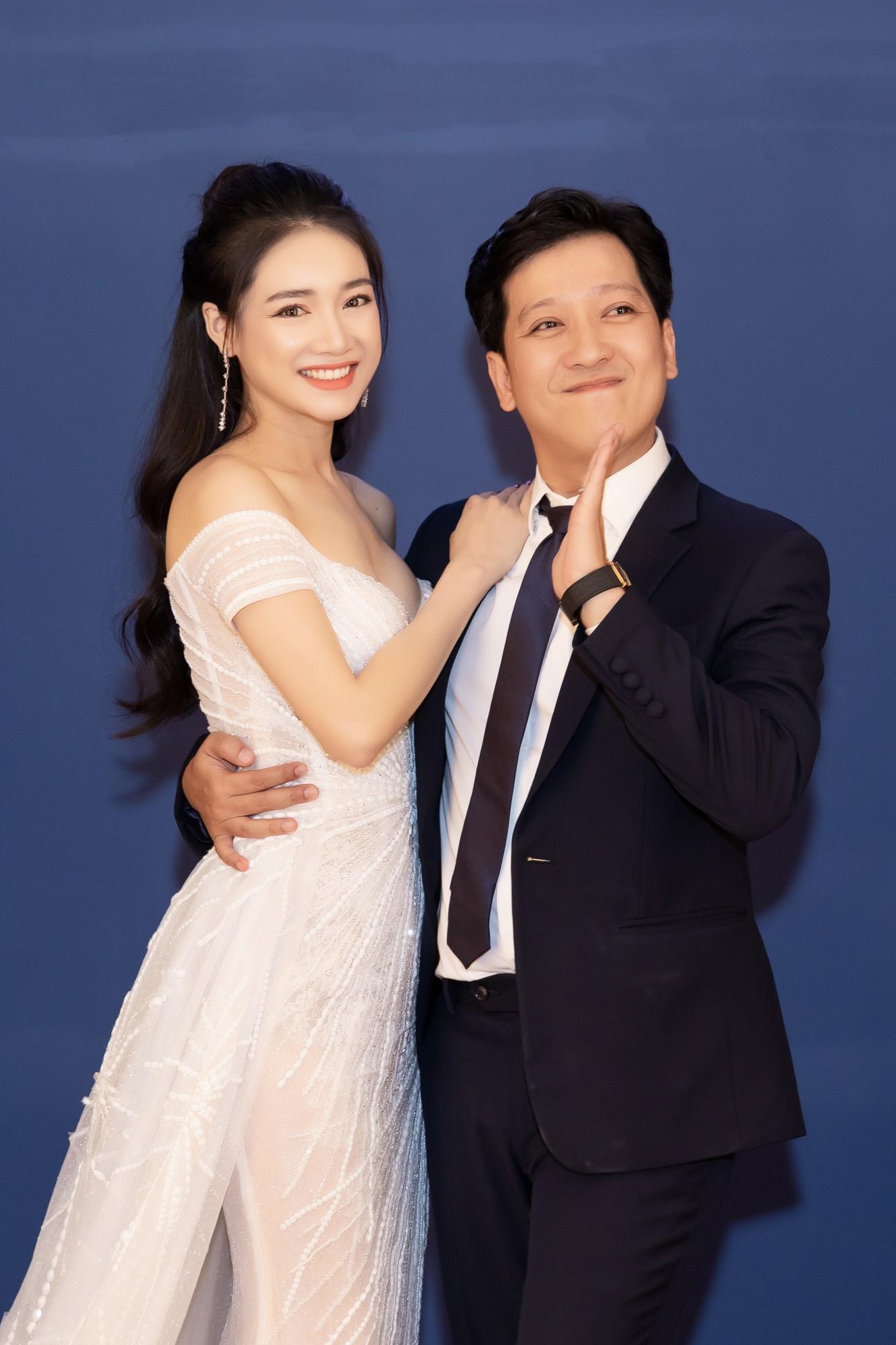 Nhã Phương - Trường Giang tay đan tay, lần đầu lộ diện cùng nhau sau nửa năm tổ chức đám cưới - Ảnh 3.