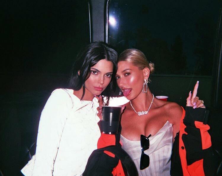 Hailey Baldwin chiếm trọn spotlight của cô bạn thân Kendall Jenner nhờ khoe vòng 1 bốc lửa, phản ứng của Justin Bieber gây chú ý - Ảnh 1.