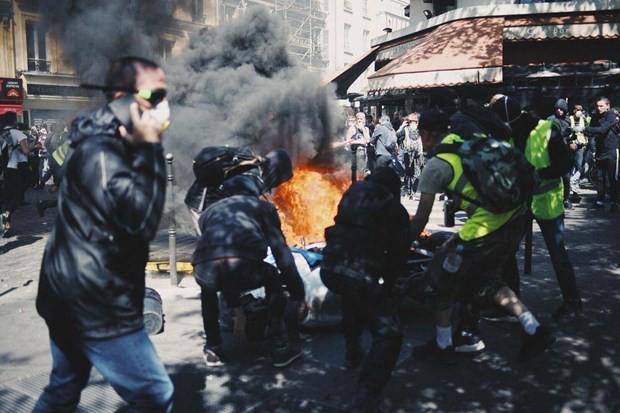 Pháp: Cảnh sát sử dụng hơi cay nhằm vào người biểu tình Áo vàng - Ảnh 1.
