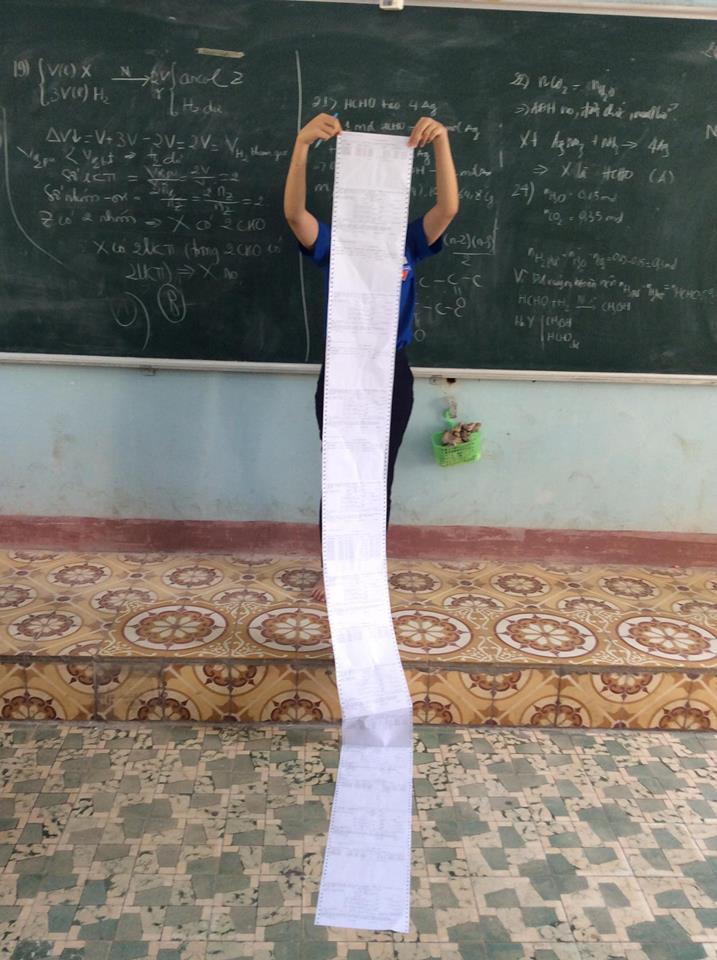 Hình ảnh chiếc đề cương dài 2-3m khiến nhiều học sinh choáng váng khiếp sợ mùa thi học kỳ trước mắt - Ảnh 1.