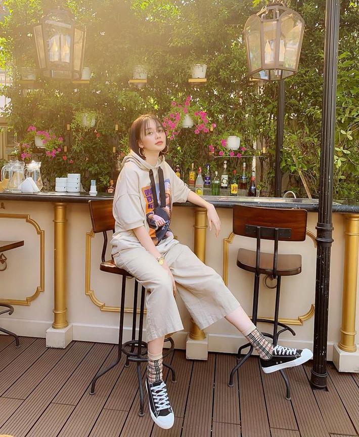 Kỳ Duyên tình ấm mặn nồng bên Minh Triệu, Hà Tăng diện váy sát nách đương đầu với nắng nóng trong street style tuần này - Ảnh 15.