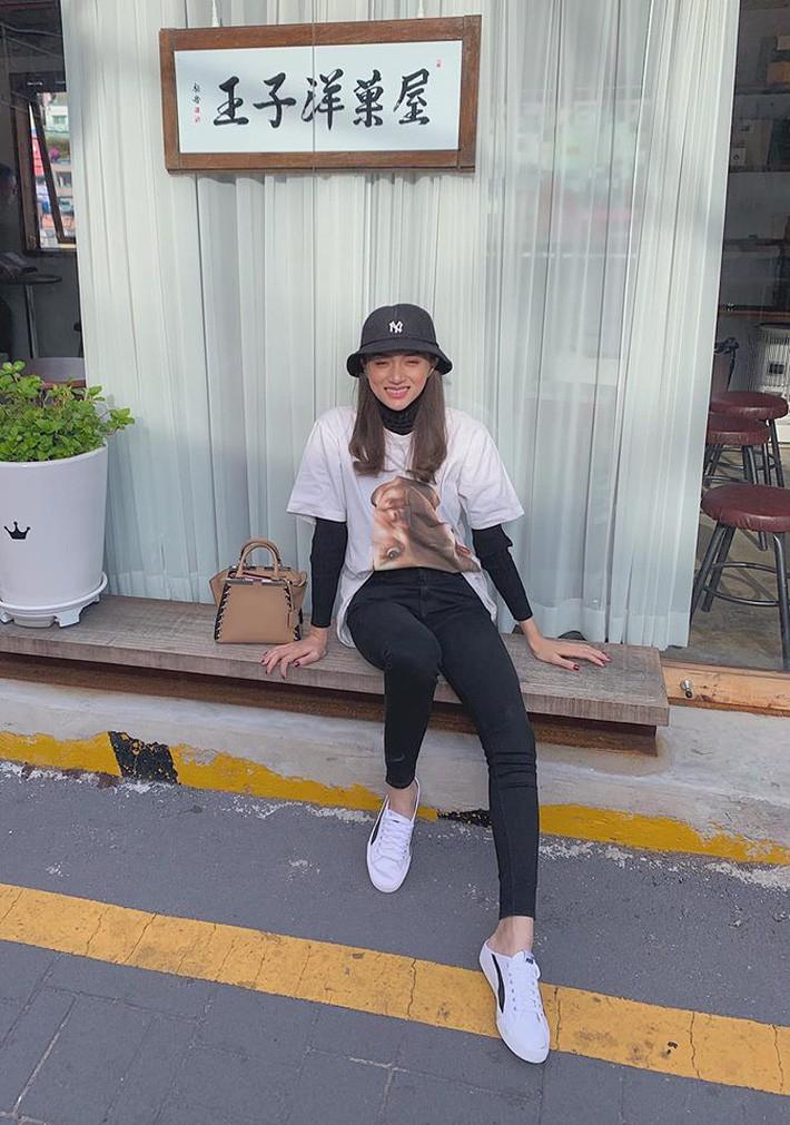 Kỳ Duyên tình ấm mặn nồng bên Minh Triệu, Hà Tăng diện váy sát nách đương đầu với nắng nóng trong street style tuần này - Ảnh 6.