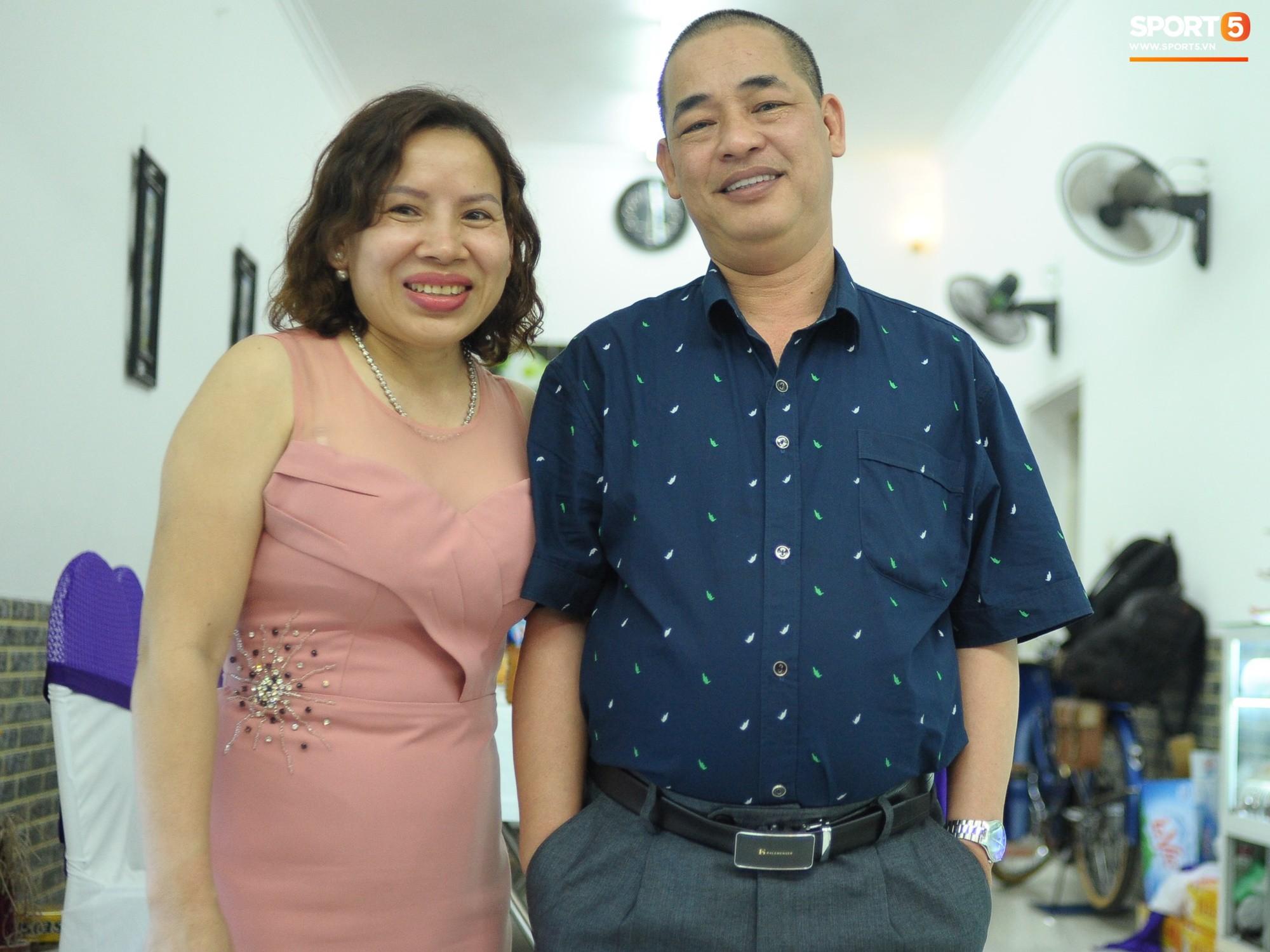 Tiền vệ tuyển Việt Nam tình tứ bên vợ tương lai chuẩn bị cho lễ cưới - Ảnh 12.