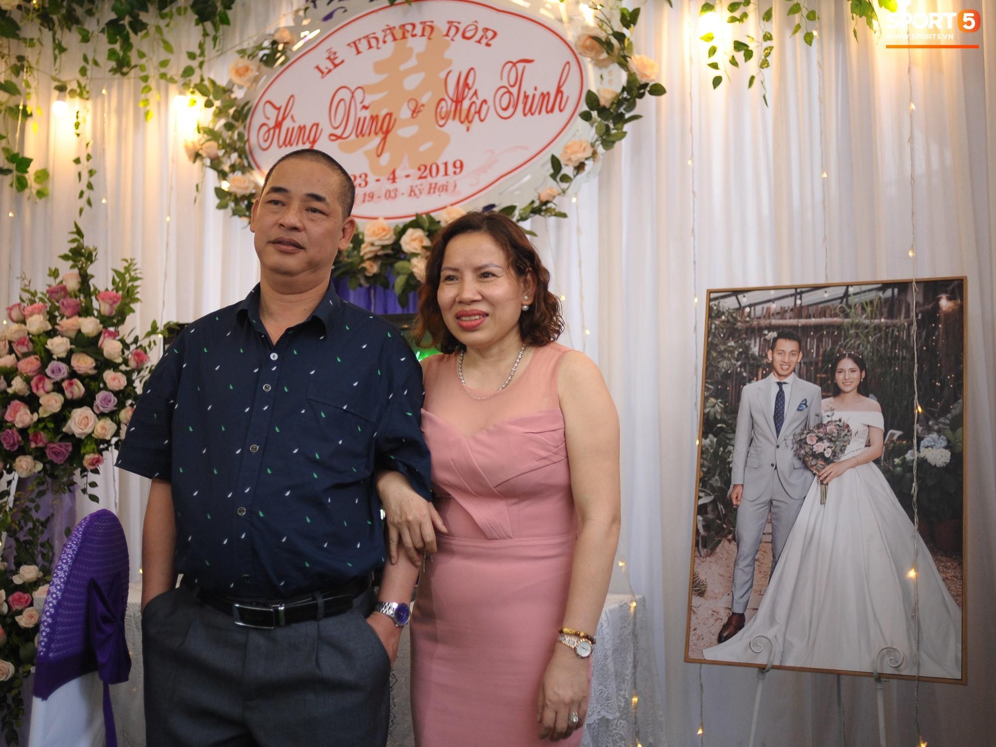 Tiền vệ tuyển Việt Nam tình tứ bên vợ tương lai chuẩn bị cho lễ cưới - Ảnh 14.
