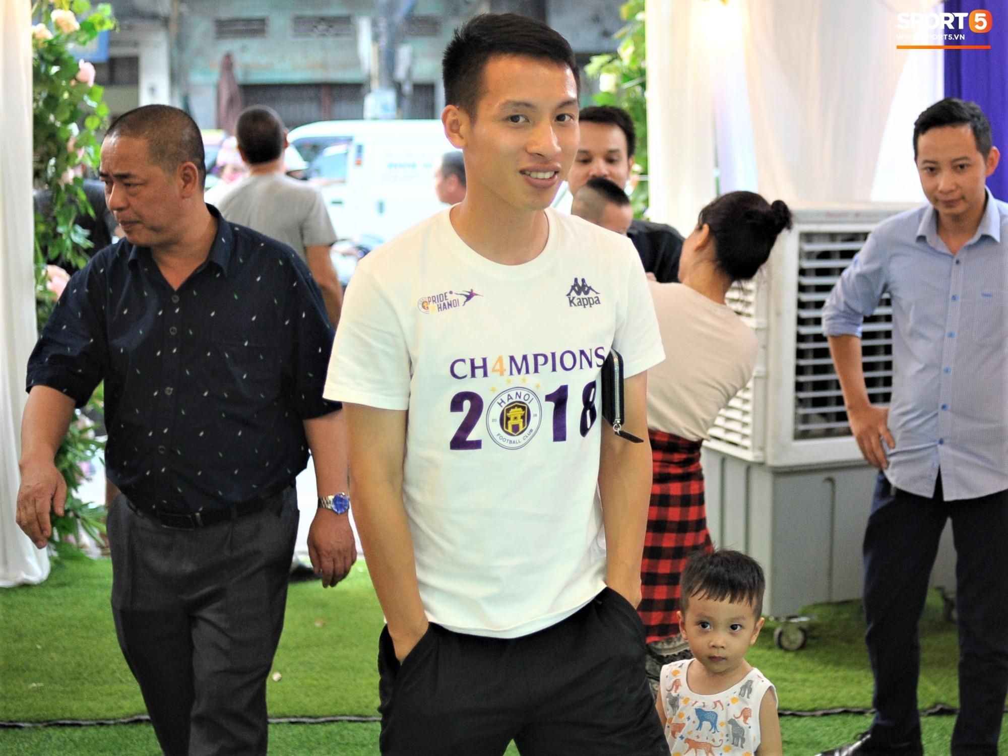Tiền vệ tuyển Việt Nam tình tứ bên vợ tương lai chuẩn bị cho lễ cưới - Ảnh 4.