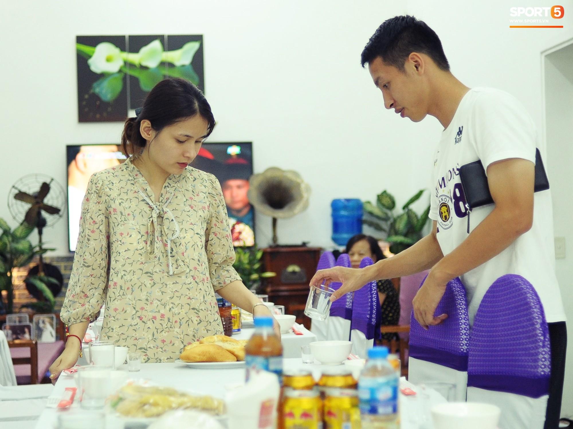 Tiền vệ tuyển Việt Nam tình tứ bên vợ tương lai chuẩn bị cho lễ cưới - Ảnh 1.
