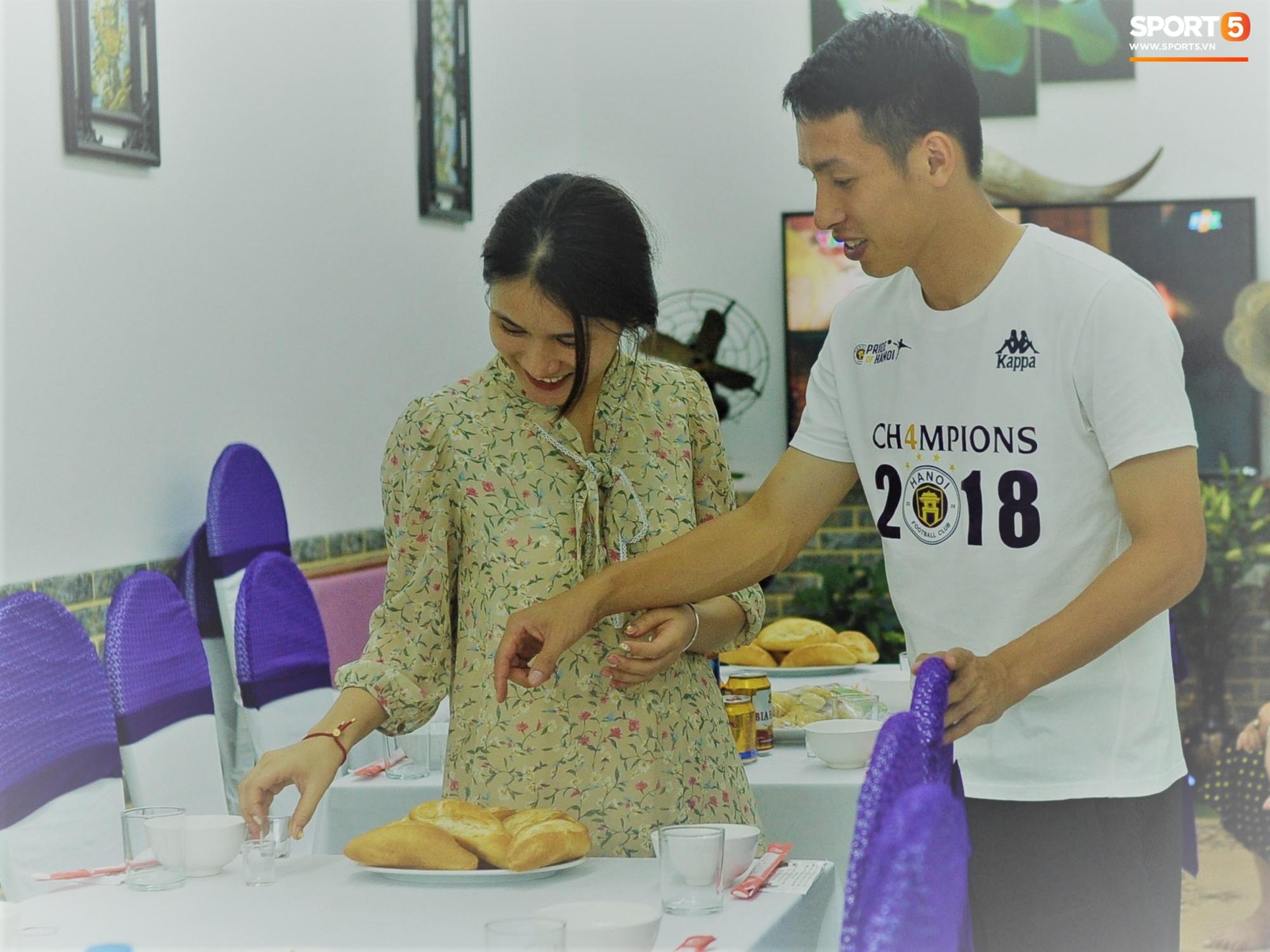 Tiền vệ tuyển Việt Nam tình tứ bên vợ tương lai chuẩn bị cho lễ cưới - Ảnh 2.