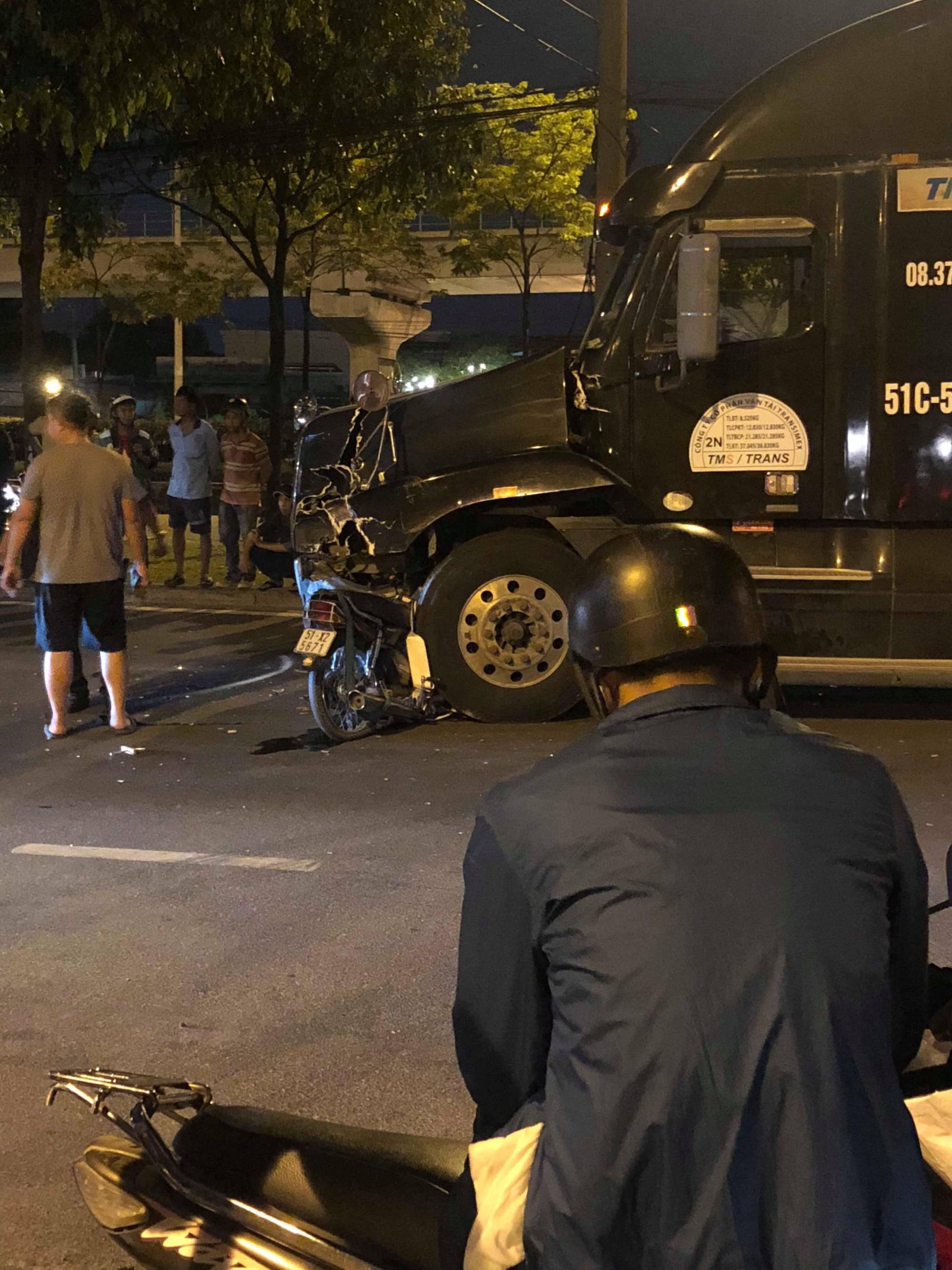 Xe máy đối đầu xe container ở Sài Gòn, người đàn ông tử vong - Ảnh 1.