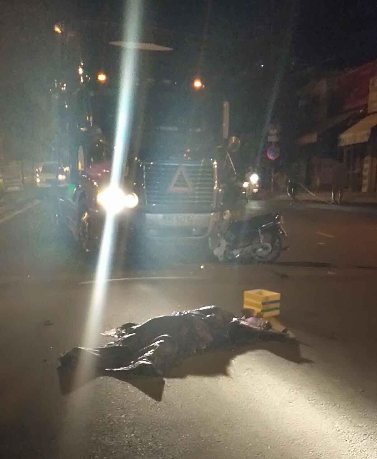 Xe máy đối đầu xe container ở Sài Gòn, người đàn ông tử vong - Ảnh 2.