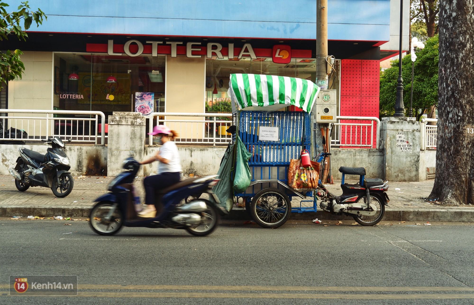 Tấm bảng Chó là bạn, không phải thứ ăn của người đàn ông 20 năm bầu bạn với những chú chó ngoài đường phố Sài Gòn - Ảnh 3.