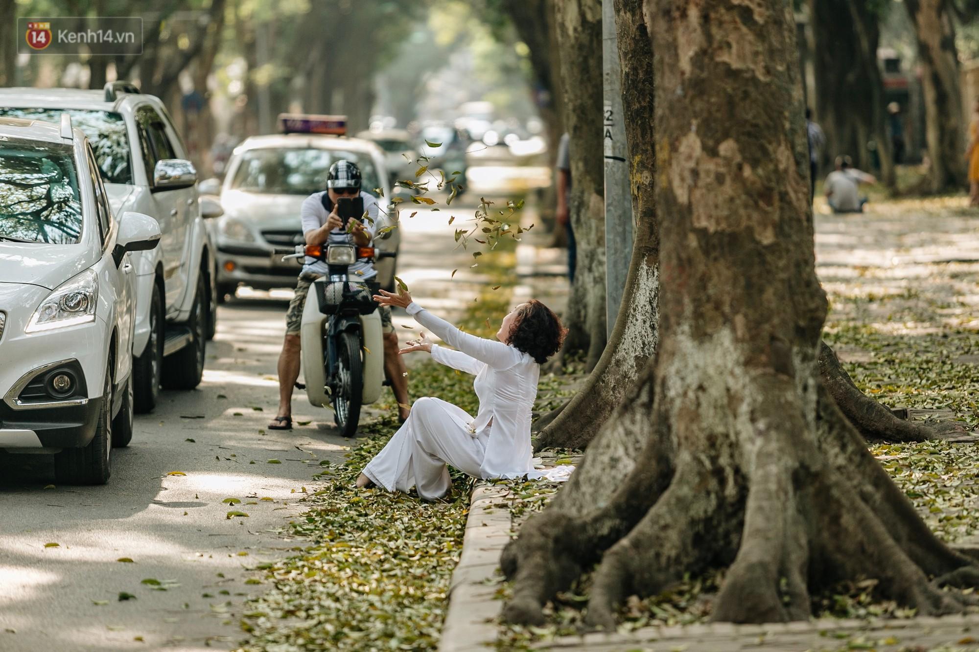 Mùa lá sấu tung bay, người dân kéo tới chụp ảnh ở con đường lãng mạn nhất Thủ đô dù nắng nóng 40 độ C - Ảnh 13.