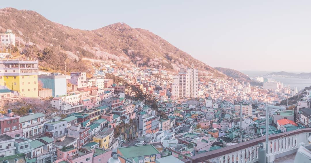 Đi du lịch chớp nhoáng như Hương Giang: Đứng bừa một góc trong làng bích hoạ Hàn Quốc cũng có khối ảnh xinh xẻo - Ảnh 2.