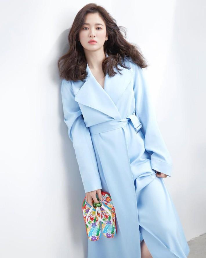"""Không còn """"già chát"""" vì kiểu tóc và trang phục, Song Hye Kyo đẹp đỉnh cao trong hình hậu trường không photoshop - Ảnh 1."""