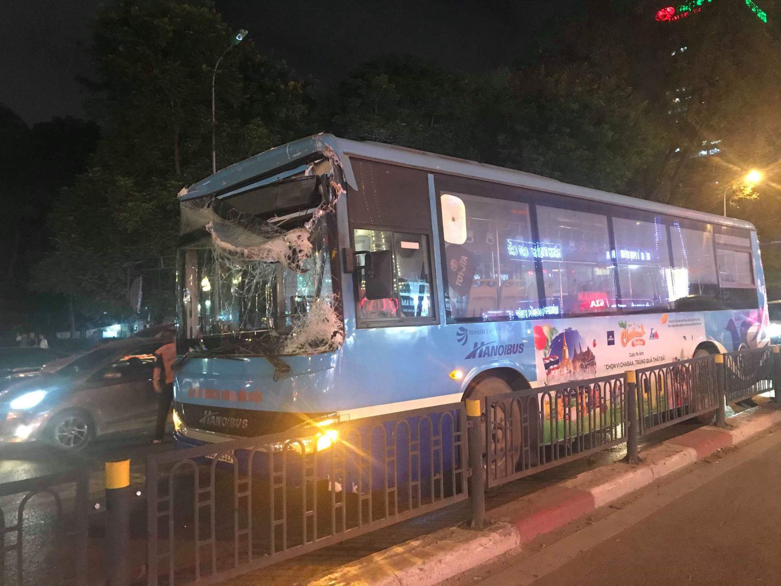Hà Nội: Xe bus đâm sập rào chắn cầu vượt, giao thông ùn tắc nghiêm trọng - Ảnh 1.