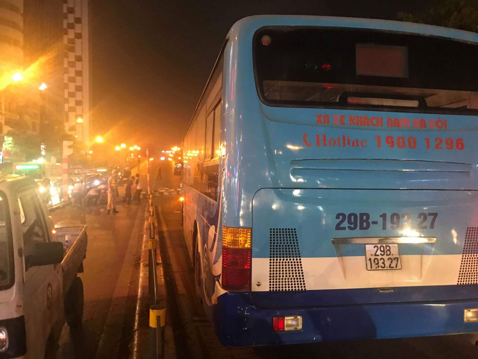 Hà Nội: Xe bus đâm sập rào chắn cầu vượt, giao thông ùn tắc nghiêm trọng - Ảnh 2.