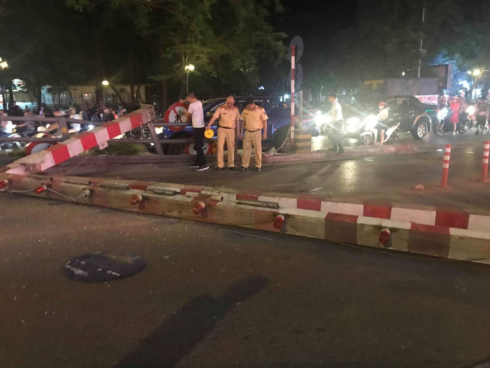 Hà Nội: Xe bus đâm sập rào chắn cầu vượt, giao thông ùn tắc nghiêm trọng - Ảnh 3.