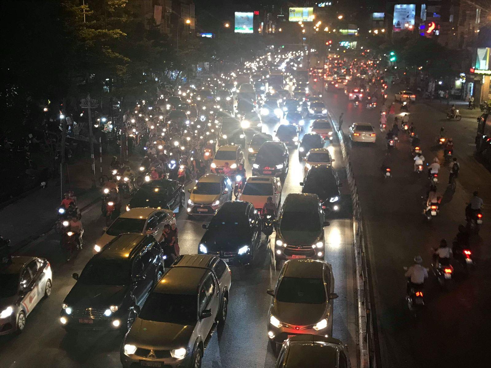 Hà Nội: Xe bus đâm sập rào chắn cầu vượt, giao thông ùn tắc nghiêm trọng - Ảnh 4.