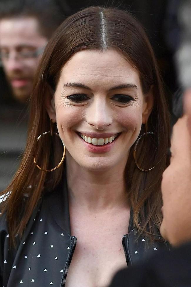 Từng gây sốt vì đẹp ná thở, mỹ nhân ngực khủng Anne Hathaway lộ gương mặt nhăn nheo đến mức khó lòng nhận ra - Ảnh 1.