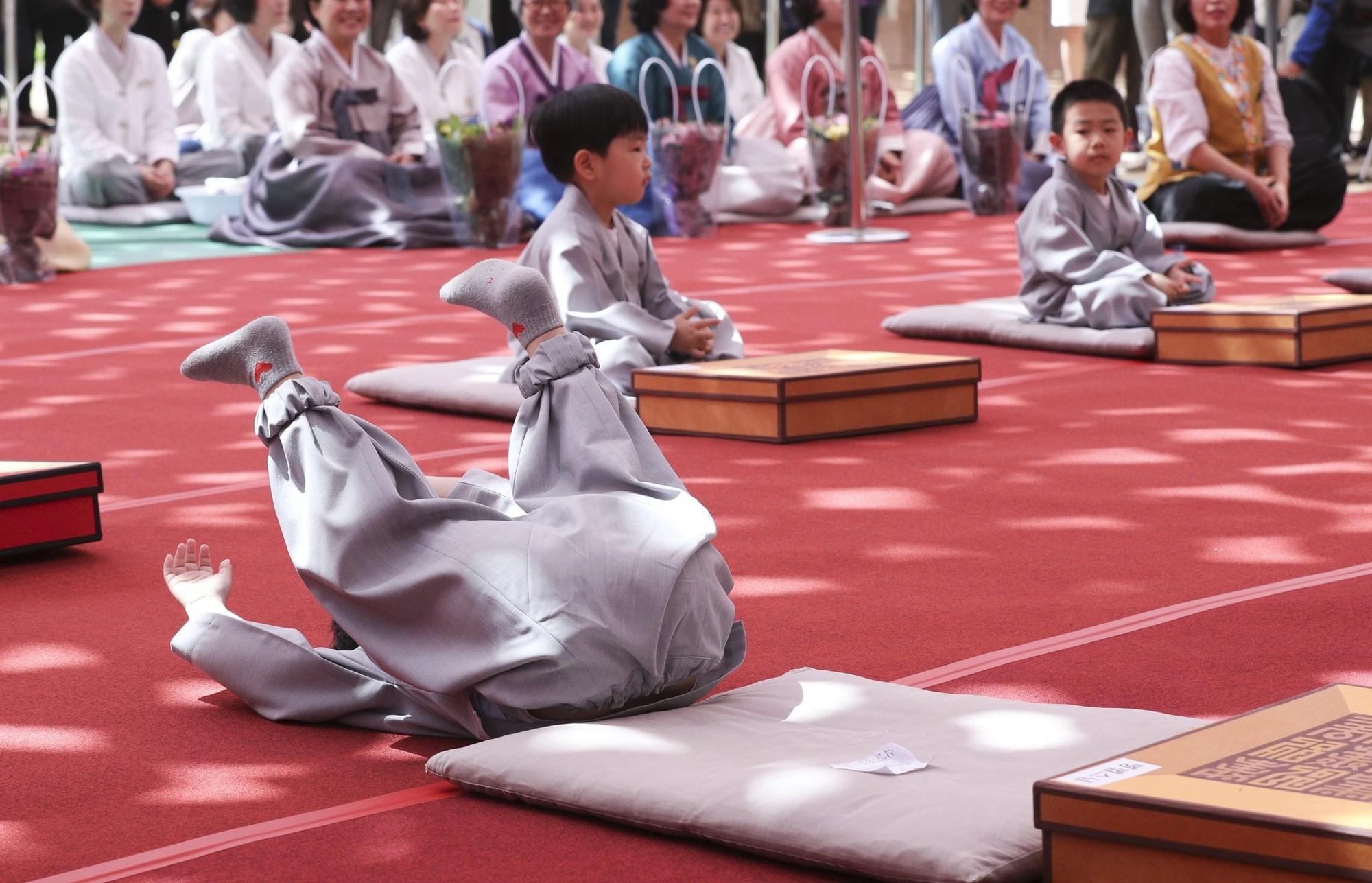 Loạt sắc thái đáng yêu hết nấc của các chú tiểu trong ngày xuống tóc đón lễ Phật Đản ở Hàn Quốc - Ảnh 7.