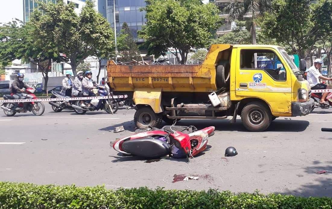 TP.HCM: Tông vào xe dọn vệ sinh đỗ giữa đường, một người phụ nữ nguy kịch - Ảnh 1.