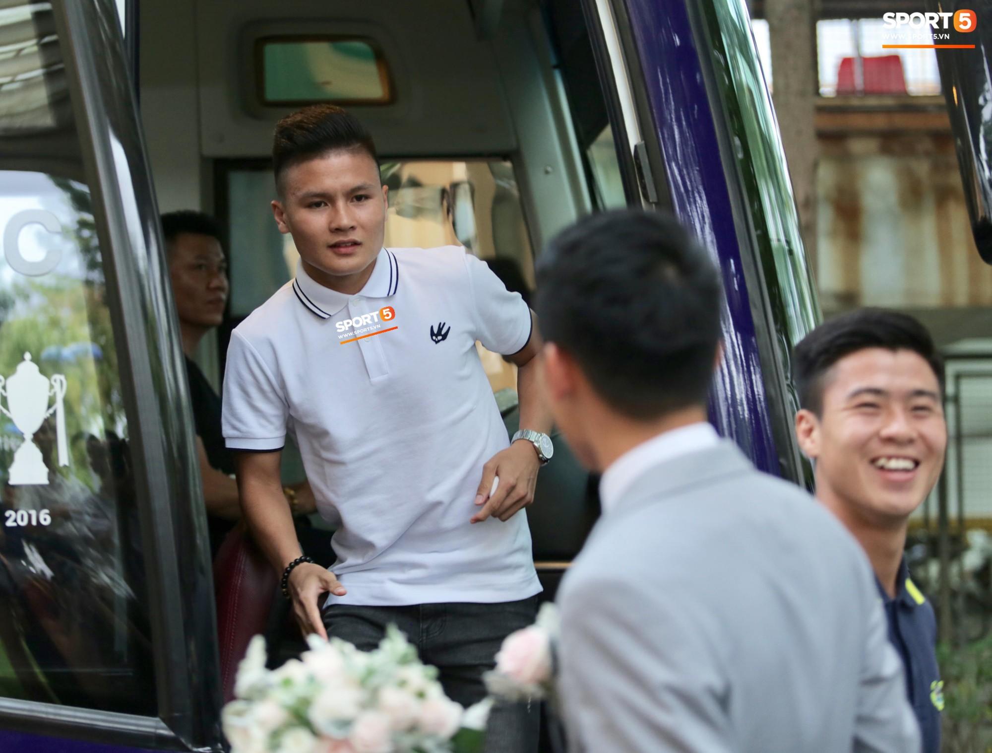Quang Hải, Đình Trọng cùng nhiều đồng đội không hẹn mà gặp, cùng nhau diện áo phông trắng cực bảnh bao.
