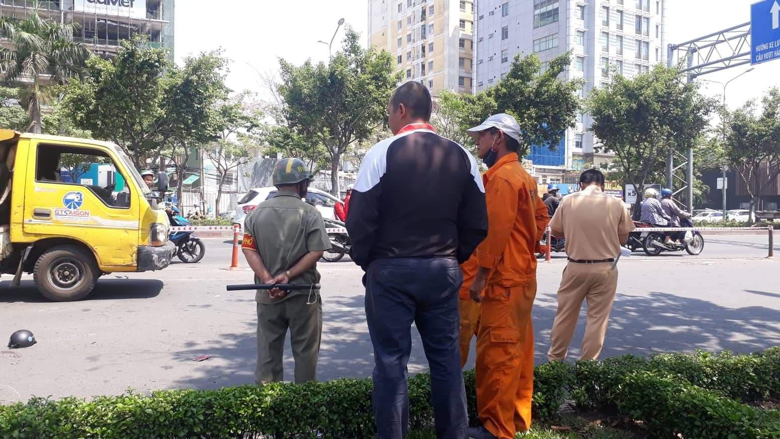 TP.HCM: Tông vào xe dọn vệ sinh đỗ giữa đường, một người phụ nữ nguy kịch - Ảnh 2.