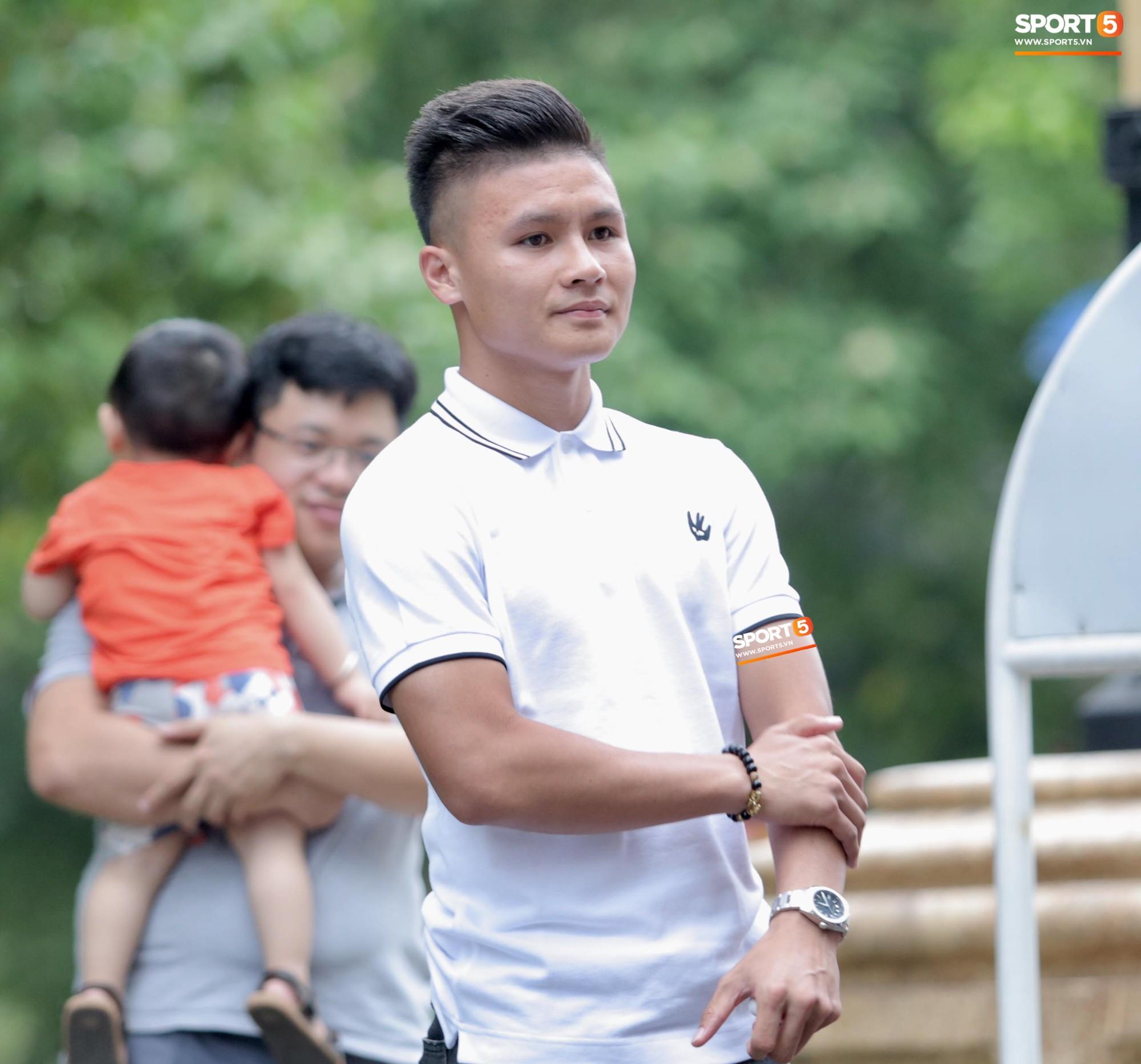 Trong màu áo trắng, Quang Hải trẻ trung nhưng cũng đang theo vẻ điềm tĩnh vốn có.