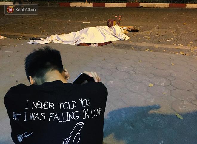 Hình ảnh đau xót: Con trai nữ công nhân môi trường gục khóc bên thi thể mẹ vụ ô tô tông liên hoàn ở Hà Nội - Ảnh 5.