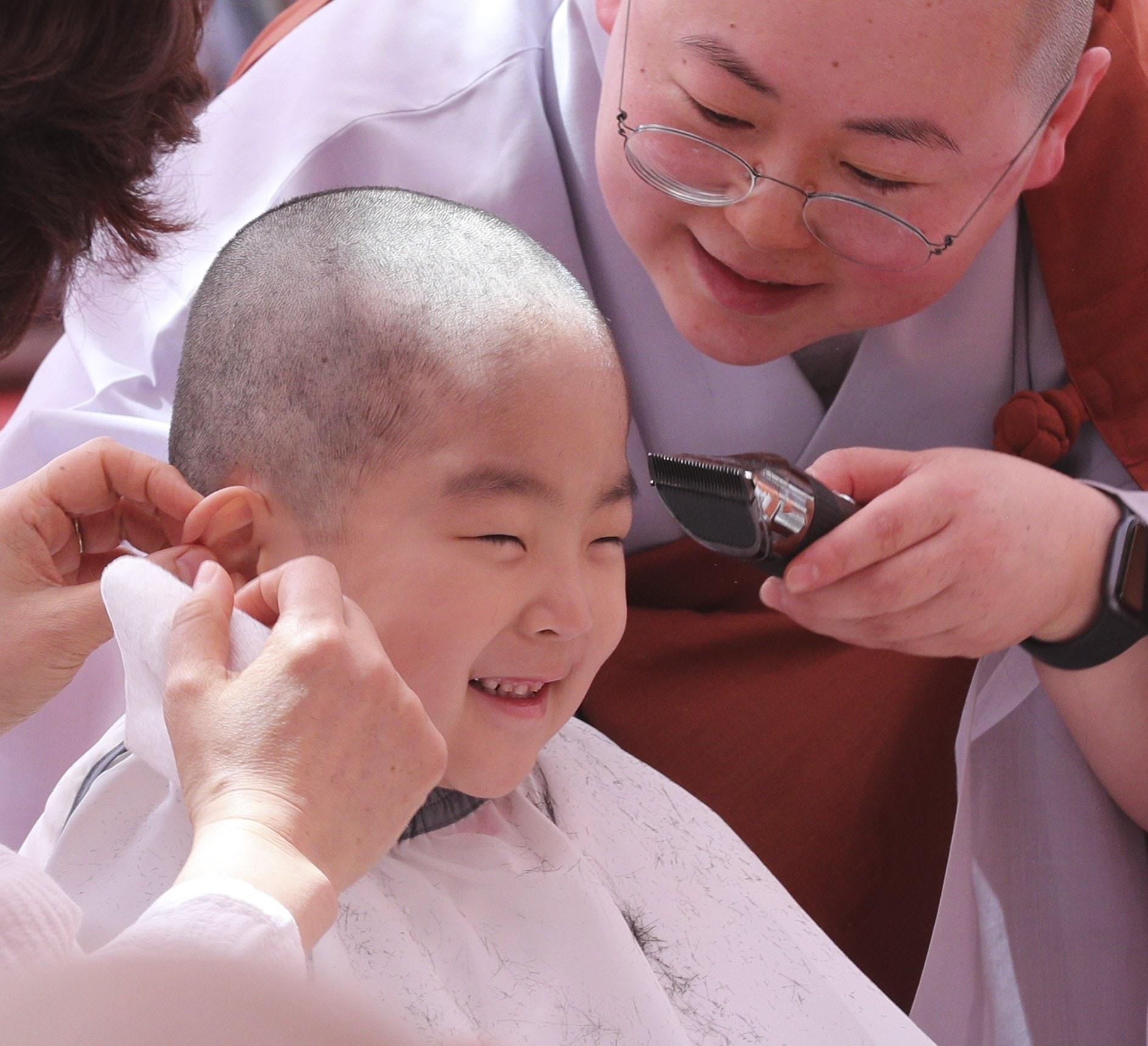 Loạt sắc thái đáng yêu hết nấc của các chú tiểu trong ngày xuống tóc đón lễ Phật Đản ở Hàn Quốc - Ảnh 2.