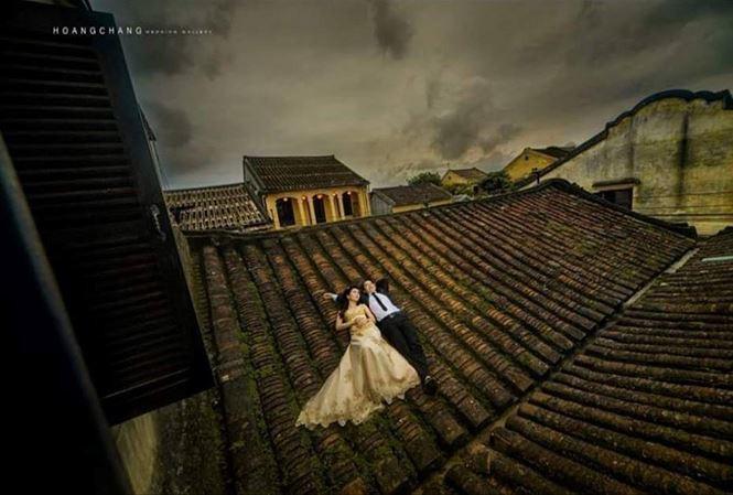 Chụp ảnh phản cảm trên mái nhà cổ Hội An: Bị xử lý như thế nào? - Ảnh 1.