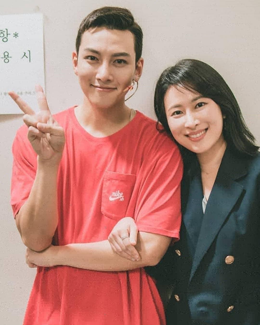 Hình ảnh trước khi xuất ngũ của 2 mỹ nam Lee Min Ho và Ji Chang Wook: Dù mặt béo tròn quay vẫn đẹp trai ngời ngời - Ảnh 2.