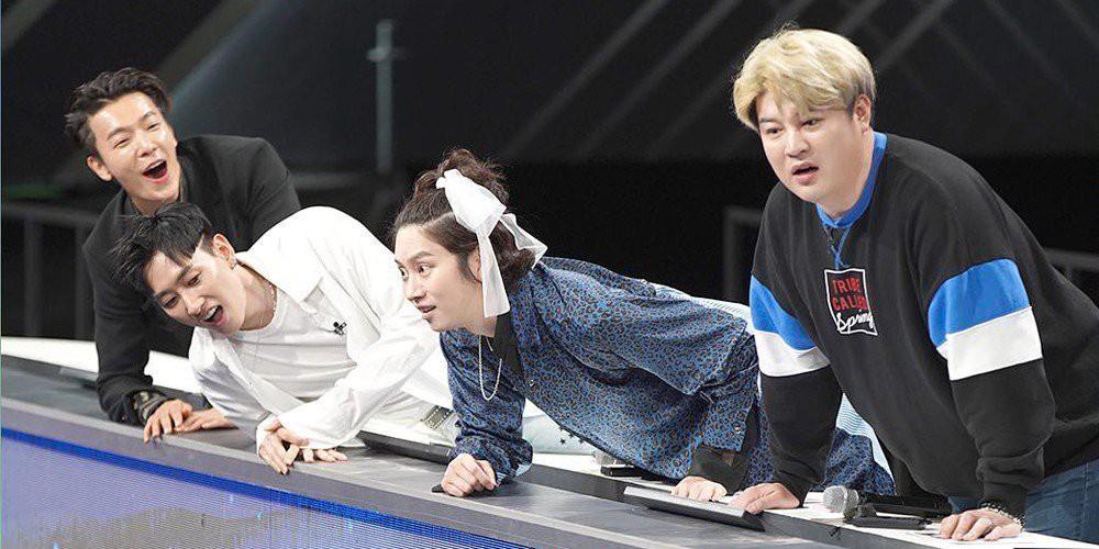 Thánh lầy Heechul (Super Junior) lại chơi nổi khi... cột tóc đuôi gà cài nơ trắng đi chấm thi - Ảnh 2.