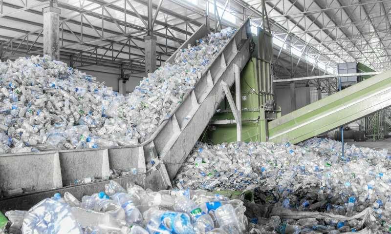 Chuyện gì sẽ xảy ra với một chai nhựa sau khi bị vứt vào thùng rác? Hóa ra vứt rác đúng chỗ thôi là chưa đủ - Ảnh 3.