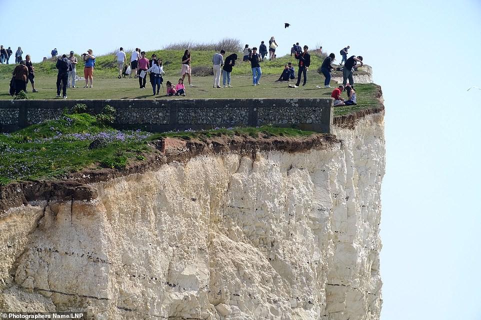 Sống ảo tối thượng: Ông bố bế con nhỏ đung đưa trên vách đá dựng đứng hơn 120m chỉ để chụp ảnh - Ảnh 3.
