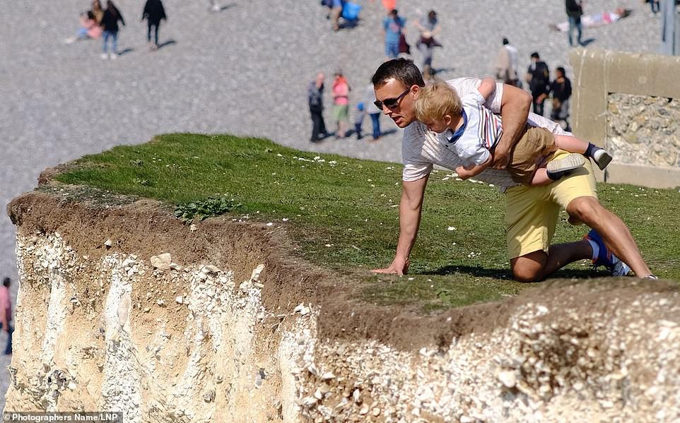 Sống ảo tối thượng: Ông bố bế con nhỏ đung đưa trên vách đá dựng đứng hơn 120m chỉ để chụp ảnh - Ảnh 2.