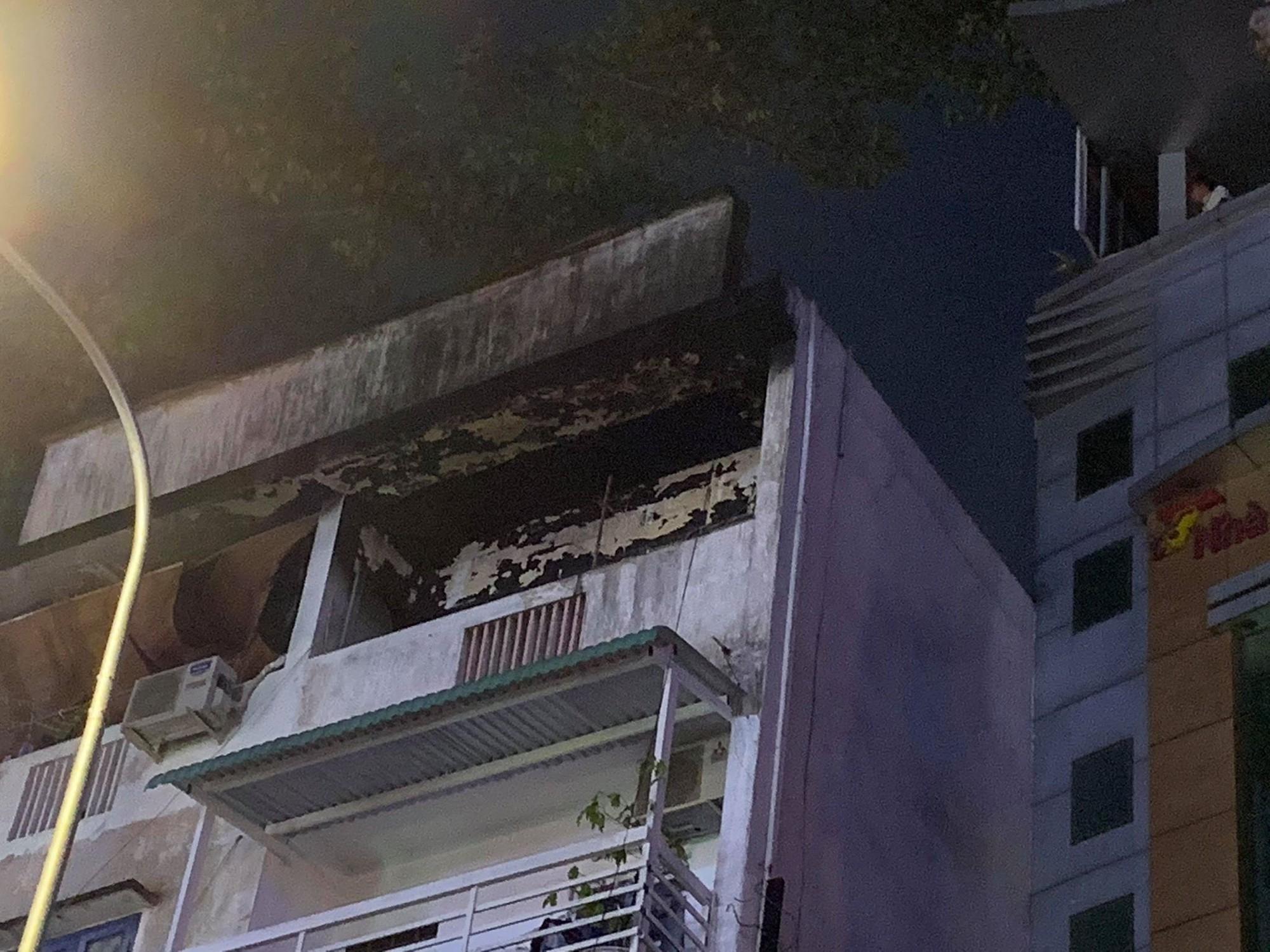 Cảnh sát PCCC giải cứu thành công 3 đứa trẻ trong căn nhà bốc cháy dữ dội ở Sài Gòn - Ảnh 2.