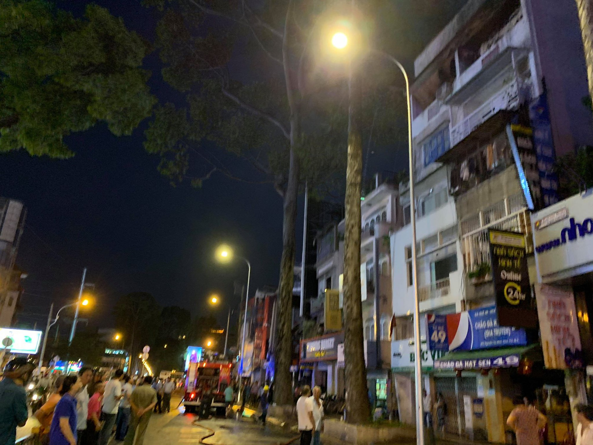 Cảnh sát PCCC giải cứu thành công 3 đứa trẻ trong căn nhà bốc cháy dữ dội ở Sài Gòn - Ảnh 1.